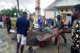 Babinsa Koramil Kuala Kencana kerja bakti bersama warga Iwaka sambut Natal
