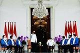 Presiden Joko Widodo (berdiri) didampingi Wapres Ma'ruf Amin (keempat kanan) mengumumkan enam orang calon menteri baru di Kabinet Indonesia Maju Jilid 2 di Istana Merdeka, Jakarta, Selasa (22/12/2020). Keenam orang calon menteri hasil kocok ulang (reshuffle) tersebut antara lain Tri Rismaharini sebagai Menteri Sosial, Sakti Wahyu Trenggono sebagai Menteri Kelautan dan Perikanan, Yaqut Cholil Qoumas sebagai Menteri Agama, Budi Gunadi Sadikin sebagai Menteri Kesehatan, Sandiaga Salahudin Uno sebagai Menteri Pariwisata dan Ekonomi Kreatif serta M Lutfi sebagai Menteri Perdagangan. ANTARA FOTO/Setpres/Laily Rachev/handout/wsj.