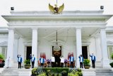 Presiden Joko Widodo (keempat kiri) didampingi Wapres Ma'ruf Amin (keempat kanan) berfoto bersama dengan enam orang calon menteri baru di Kabinet Indonesia Maju Jilid 2 usai diumumkan di Istana Merdeka, Jakarta, Selasa (22/12/2020). Keenam orang calon menteri hasil kocok ulang (reshuffle) tersebut antara lain Tri Rismaharini sebagai Menteri Sosial, Sakti Wahyu Trenggono sebagai Menteri Kelautan dan Perikanan, Yaqut Cholil Qoumas sebagai Menteri Agama, Budi Gunadi Sadikin sebagai Menteri Kesehatan, Sandiaga Salahudin Uno sebagai Menteri Pariwisata dan Ekonomi Kreatif serta M Lutfi sebagai Menteri Perdagangan. ANTARA FOTO/Setpres/Laily Rachev/handout/wsj.