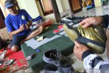 Pekerja membuat sepatu untuk olah raga gulat di Pakisaji, Malang, Jawa Timur, Kamis (24/12/2020). Sepatu gulat yang dipasarkan ke Jakarta hingga Kalimantan Selatan tersebut dijual dengan harga Rp300.000 hingga 2 juta rupiah tergantung ukuran dan kualitas bahan yang digunakan. Antara Jatim/Ari Bowo Sucipto/Um