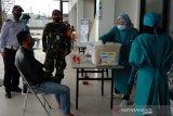 Petugas medis pulangkan calon penumpang bus yang terdeteksi reaktif hasil tes cepat di Garut