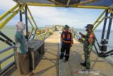 Personel TNI dan Polri mengimbau wisatawan untuk menerapkan protokol kesehatan di objek wisata Pantai Tirtamaya, Indramayu, Jawa Barat, Jumat (25/12/2020). Petugas gabungan terus melakukan pengawasan penerapan protokol kesehatan selama masa liburan Hari Raya Natal 2020 dan tahun baru 2021 untuk mencegah penyebaran COVID-19 di sejumlah objek wisata. ANTARA JABAR/Dedhez Anggara/agr