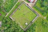 Pengunjung berwisata di kawasan Benteng Kuta Batee Kerajaan Trumon di Desa Keude Trumon, Kecamatan Trumon, Aceh Selatan, Aceh, Jumat (25/12/2020). Benteng Kuta Batee merupakan salah satu situs peninggalan Kerajaan Trumon dari tahun 1780 sampai 1842 yang dibangun ketika Kerajaan Trumon di bawah pemerintahan Teuku Raja Fansuri Alamsyah atau juga dikenal dengan sebutan Teuku Raja Batak. ANTARA FOTO/Syifa Yulinnas/rwa.