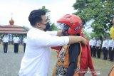 Sutan Riska serahkan bantuan helm untuk pengemudi ojek