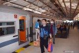 Calon penumpang bersiap naik Kereta Api  (KA) Ranggajati jurusan Cirebon-Purwokerto-Banyuwangi saat arus balik Libur Natal di Stasiun KA Madiun, Jawa Timur, Minggu (27/12/2020). Data PT KAI Daerah Operasi (Daop) 7 Madiun menyebutkan selama libur Natal mulai 18 hingga 25 Desember melayani 79.665 penumpang dengan rincian 35.988 penumpang naik dan 43.677 penumpang datang di sejumlah stasiun yang berada di wilayah PT KAI Daop 7 Madiun. Antara Jatim/Siswowidodo/Um