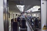 Penumpang berada di dalam Kereta Api (KA) Ranggajati jurusan Cirebon-Purwokerto-Banyuwangi saat arus balik Libur Natal di Stasiun KA Madiun, Jawa Timur, Minggu (27/12/2020). Data PT KAI Daerah Operasi (Daop) 7 Madiun menyebutkan selama libur Natal mulai 18 hingga 25 Desember melayani 79.665 penumpang dengan rincian 35.988 penumpang naik dan 43.677 penumpang datang di sejumlah stasiun yang berada di wilayah PT KAI Daop 7 Madiun. Antara Jatim/Siswowidodo/Um