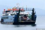 Kapal Ferry bersiap sandar di Pelabuhan Ketapang, Banyuwangi, Jawa Timur, Minggu (27/12/2020). Data produksi Posko angkutan Natal dan Tahun baru 2020/2021(H+1) pada masa adaptasi kebiasaan baru di Pelabuhan Ketapang-Gilimanuk, telah menyeberangkan sebanyak 31.932 penumpang dan 6.854 kendaraan yang didominasi kendaraan roda empat. Antara Jatim/Budi Candra Setya/Um