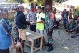 Babinsa Koramil Yapsel dampingi penyerahan bantuan dana Karang taruna Wanampompi Rp6 juta