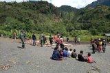 TNI dan warga kampung Omponi gelar tradisi budaya bakar batu sambut Tahun Baru