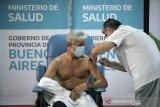 Beri vaksin tanpa aturan, Menkes Argentina mundur