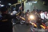 Tim TNI/Polri bubarkan kerumunan malam tahun baru di Makassar
