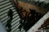 Polisi bubarkan warga nekat naik  ke Jembatan Ampera