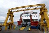 Suasana bongkar muat kendaraan dalam kapal penyeberangan di Pelabuhan Ketapang, Banyuwangi, Jawa Timur, Sabtu (2/1/2021). Arus balik libur Natal dan Tahun Baru di Pelabuhan Ketapang terpantau ramai lancar yang didominasi kendaraan dari Pulau Bali menuju Jawa. Antara Jatim/Budi Candra Setya/zk