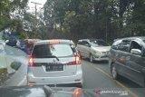 Jalan lintas Sumatera Kabupaten Karo dipadati  kendaraan-kendaraan
