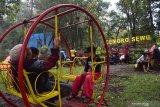 Wisatawan berada di kawasan wana wisata Cemoro Sewu, Kabupaten Magetan, Jawa Timur, Jumat (1/1/2021). Sejumlah wisatawan memanfaatkan liburan tahun baru 1 Januari 2021 dengan mengunjungi kawasan wana wisata Cemoro Sewu yang berada di lereng Gunung Lawu dengan udaranya yang sejuk. Antara Jatim/Siswowidodo/zk