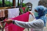 Khofifah cuci baju sendiri saat jalani isolasi mandiri