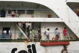 Penumpang turun melewati tangga kapal penyeberangan di Pelabuhan Ketapang, Banyuwangi, Jawa Timur, Minggu (3/1/2021). Data produksi Posko angkutan Natal dan Tahun Baru 2021 (H+8) di Pelabuhan Ketapang-Gilimanuk  telah menyeberangkan sebanyak 32.774 penumpang atau mengalami penurunan sebanyak 55 persen dari tahun sebelumnya. Antara Jatim/Budi Candra Setya/zk
