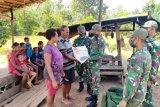 Satgas Yonif 516/CY bagikan sembako warga di perbatasan gunakan perahu