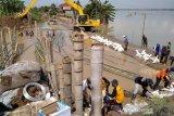 Tanggul Sungai Gelis Kudus yang jebol mulai diperbaiki