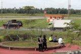 Kendaraan taktis (rantis) Brimob Polda Kalbar mengawal truk nopol KB 8521 AU untuk menjemput vaksin COVID-19 Sinovac di Bandara Supadio, Kabupaten Kubu Raya, Kalimantan Barat, Selasa (5/1/2021). Sebanyak 10 ribu vial vaksin Sinovac tahap pertama yang diterbangkan dari Jakarta dengan menggunakan maskapai Lion Air JT830 tiba di Pontianak, dan selanjutnya akan diberikan kepada penerima prioritas yaitu tenaga kesehatan di Kalbar. ANTARA FOTO/Jessica Helena Wuysang/rwa.