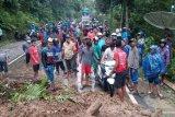 Badan jalan Lubukbasung-Bukittinggi masih tertimbun tanah longsor, ratusan kendaraan terjebak macet (Video)