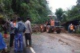 Jalan provinsi Lubukbasung-Bukittinggi sudah bisa dilalui kendaraan, meski dengan sistem tutup/buka (Video)