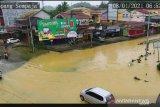 Sejumlah ruas jalan dan pemukiman di Kota Samarinda Jumat pagi (8/1) masih terendam sejak diguyur hujan lebat sehari sebelumnya. Seperti Simpang ruas Jalan Sempaja. (Foto: Arif-HO/CCTV Pemkot Samarinda)