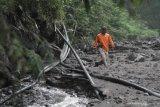 Warga perbaiki pipa air bersih terdampak banjir lahar
