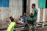 Satgas Pamrahwan Yonif 756/WMS berikan pengobatan warga keliling kampung