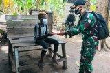 Satgas Pamtas Yonif 125/Si'mbisa bagikan buku tulis ke anak di perbatasan