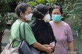 Ninik Andayani (tengah), yang merupakan ibu dari Fadly Satrianto,  bersiap berangkat ke Tim Disaster Victim Identification (DVI) Polda Jawa Timur untuk pengambilan sampel DNA,  di rumahnya Jalan Tanjung Pinang, Surabaya, Jawa Timur, Minggu (10/1/2021). Fadly Satrianto yang bekerja sebagai kopilot NAM Air tersebut merupakan salah satu penumpang di pesawat Sriwijaya Air SJ 182 rute Jakarta-Pontianak  yang mengalami kecelakaan  pada Sabtu (9/1/2021) di perairan Kepulauan Seribu. Antara Jatim/Didik/Zk