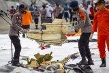 SAR gabungan Polri melanjutkan pencarian SJ 182 meski kendala cuaca