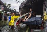 BANJIR DI BATI BATI KALSEL. Warga memasukkan barang-barang ke dalam truk saat banjir melanda Desa Banua Raya di Kabupaten Tanah Laut, Kalimantan Selatan, Senin (11/1/2021). Berdasarkan data yang telah di himpun aparat desa Banua Raya, sebanyak 2.907 Jiwa terdampak banjir akibat luapan sungai Bati Bati.Foto Antaranews Kalsel/Bayu Pratama S.ANTARA FOTO (ANTARA FOTO)