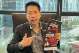 Berbagi pengetahuan dan bantu masyarakat paham peradilan, Henry Indraguna tulis buku