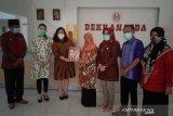 Bhayangkari serahkan buku Pesona Baju Adat Indonesia ke Dekranasda Parimo
