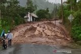 Jalan Kabupaten Bandung-Garut  lintas Cijapati tertutup longsor