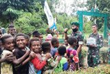 Satgas Yonif 312/KH bagikan buku tulis anak-anak di perbatasan RI-PNG