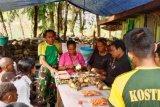 Satgas Yonif 432 Kostrad bersama warga Tolikara buat keripik keladi Cakra Minage