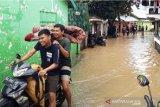Pemkot Solok serahkan bantuan ke 228 KK yang terdampak banjir