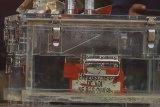 Kotak hitam (black box) pesawat Sriwijaya Air dengan nomor penerbangan SJ182 Jakarta - Pontianak diperlihatkan di Dermaga JICT, Tanjung Priok, Jakarta, Selasa (12/1/2021). Kotak hitam tersebut selanjutnya akan dibawa ke laboratorium KNKT untuk dilakukan investisigasi lebih lanjut. ANTARA FOTO/Muhammad Adimaja/nym.