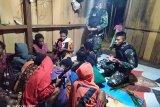 Prajurit Satgas Yonif 312/KH melayat kediaman warga yang berduka