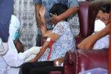 Tim Disaster Victim Identification (DVI) Polda Bali mengambil sampel DNA orang tua pramugari Sriwijaya Air Mia Tresetyani di Denpasar, Bali, Selasa (12/1/2021). Sampel DNA tersebut selanjutnya akan dikirim ke Laboratorium DNA Pusdokkes Polri di Jakarta untuk proses identifikasi korban Sriwijaya Air nomor penerbangan SJ182 rute Jakarta-Pontianak yang mengalami kecelakaan pada Sabtu (9/1) lalu. ANTARA FOTO/Fikri Yusuf/nym.