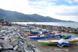 Tambatan perahu untuk nelayan di Pantai Taman Ria Palu