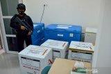 Personil Brimob Polda Aceh mengamankanvaksin COVID-19 Sinovac saaat pendistribusian di gudang Dinas Kesehatan Kota Banda Aceh, Aceh, Rabu (12/1/2021). Pemerintah Aceh menjelaskan, pendistribusian vaksin COVID-19 Sinovac itu dilakukan dalam dua tahap dengan total sebanyak 27.880 vial vaksin dan tahap awal pendistribusian meliputi Kota Banda Aceh dan kabupaten Aceh Besar sebanyak 17.840 vial vaksin, sedangkan tahap kedua pada 15 Januari 2021 untuk 21 kabupaten/kota lainnya sebanyak 10.040 vial vaksin. Antara Aceh/Ampelsa.