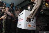 Personel Brimob berjaga saat pemuatan vaksin COVID-19 Sinovac ke dalam mobil pendingin di kantor Dinas Kesehatan (Dinkes) Provinsi Jawa Timur, Surabaya, Jawa Timur, Rabu (13/1/2021). Dinas Kesehatan Provinsi Jawa Timur mulai mendistribusikan vaksin COVID-19 Sinovac ke Surabaya sebanyak 15.000 dosis, Kabupaten Sidoarjo sebanyak 4.000 dosis dan Kabupaten Gresik sebanyak 3.000 dosis. Antara Jatim/Didik/Zk