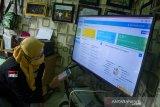 Relawan memeriksa data sampah yang terkumpul melalui aplikasi Sistem Informasi Bank Sampah (SIBK) di Bank Sampah LATANZA binaan PT Pupuk Kujang, Desa Cikampek Barat, Karawang, Jawa Barat, Rabu (13/1/2021). Aplikasi tersebut untuk mempermudah keterbukaan administrasi penimbangan sampah bagi masyarakat dan juga dapat digunakan sebagai pembayaran pajak, pembelian token listrik, pembukaan rekening dan tabungan emas Antam berbayar sampah. ANTARA JABAR/M Ibnu Chazar/agr