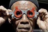 Perajin menunjukkan cara memakai alat periksa mata di rumah produksi Komar, Kadungora, Kabupaten Garut, Jawa Barat, Rabu (13/1/2021). Alat periksa mata manual tersebut masih digunakan untuk praktik mahasiswa kesehatan mata dan industri optik dengan harga Rp270 ribu hingga Rp750 ribu serta mampu terjual ke berbagai daerah seperti Jakarta, Solo, Lombok, dan Bali. ANTARA JABAR/Candra Yanuarsyah/agr