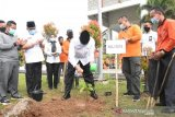 Padang tanam 1.800 bibit pohon buah percantik taman kota
