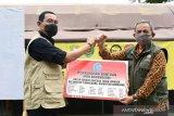 Rektor IPDN Hadi Prabowo memberikan bantuan korban bencana longsor Sumedang