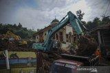 Petugas SAR gabungan mengoperasikan alat berat untuk melakukan pencarian korban bencana tanah longsor di Cimanggung, Kabupaten Sumedang, Jawa Barat, Kamis (14/1/2021). Hingga pagi hari di hari keenam pencarian, tim SAR gabungan telah menemukan 22 korban bencana tanah longsor yang terjadi pada Sabtu (9/1) lalu. ANTARA JABAR/Raisan Al Farisi/agr